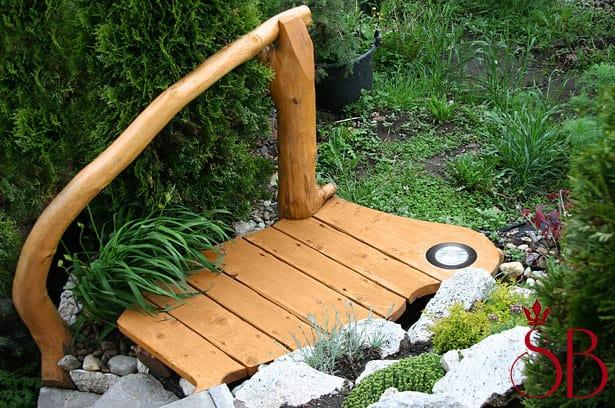 Záhradný drevený mostík