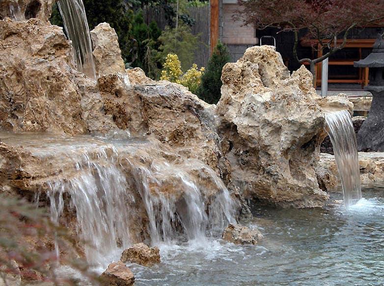 Vodopád vytvorený z prírodného kameňa slovenskou firmou Travertin - umelé jazierka
