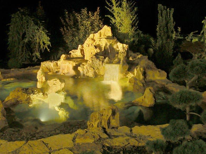 Osvetlený vodopád - záhradné osvetlenie