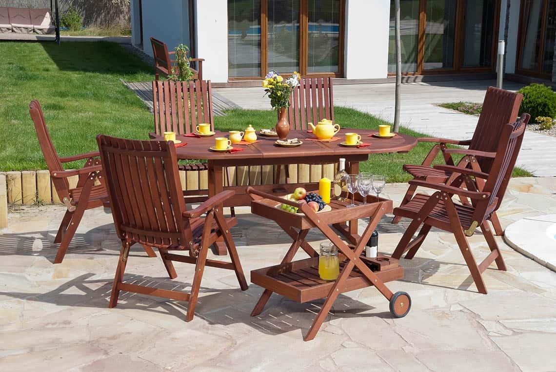 Drevený záhradný nábytok na terase