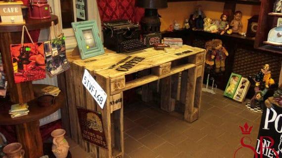 Štýlový stôl vyrobený z prepravných paliet