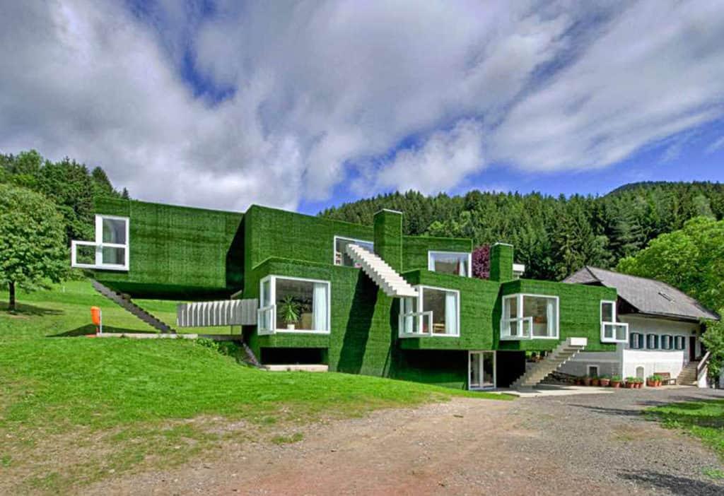 Dom pokrytý umelou trávou