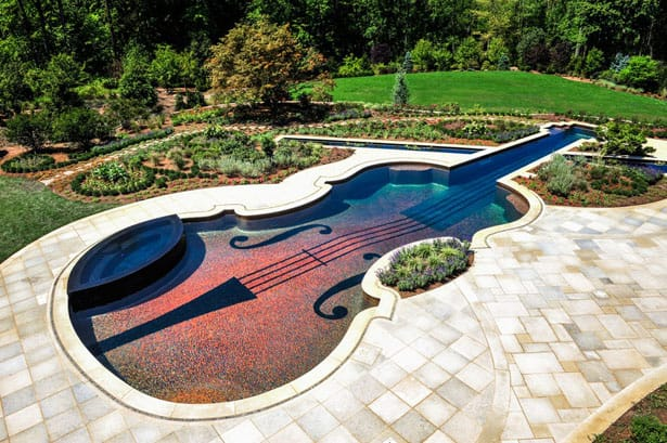 Oslnivý bazén v tvare huslí z 18.storočia