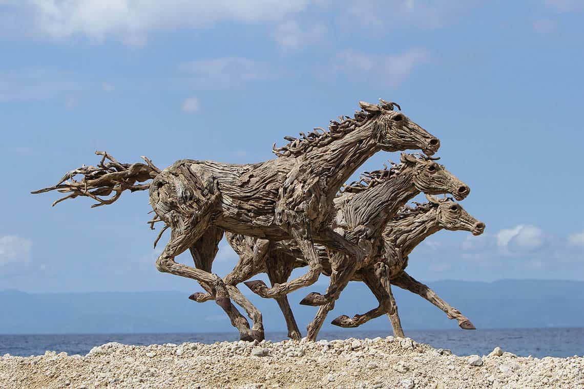 Majestátne drevené kone v životnej veľkosti