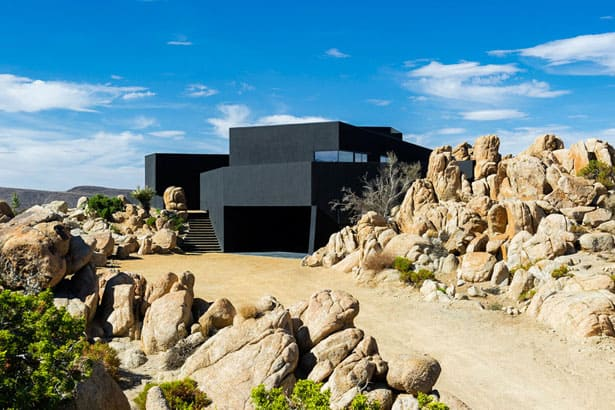 Famózny čierny dom na púšti