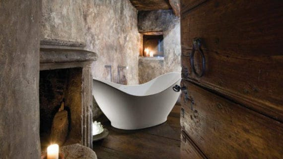 Asymetrická vaňa prezentuje kúpeľ ako umenie