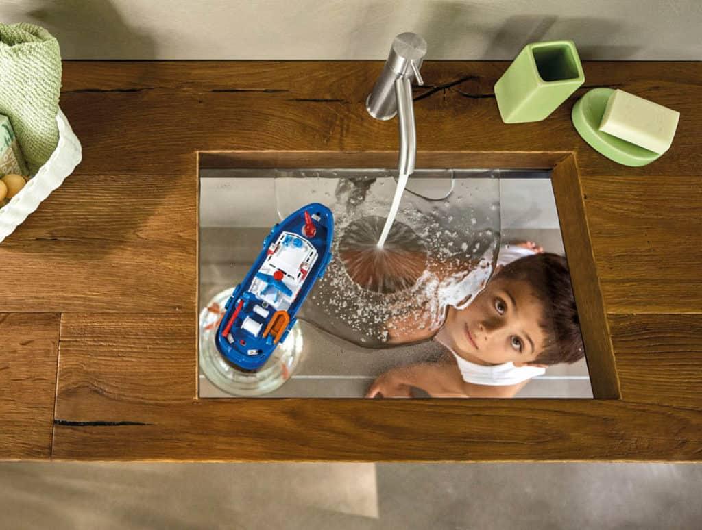 Umývadlo s priesvitným dnom