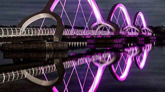 Krásne osvetlenie najdlhšieho mosta na svete pre chodcov