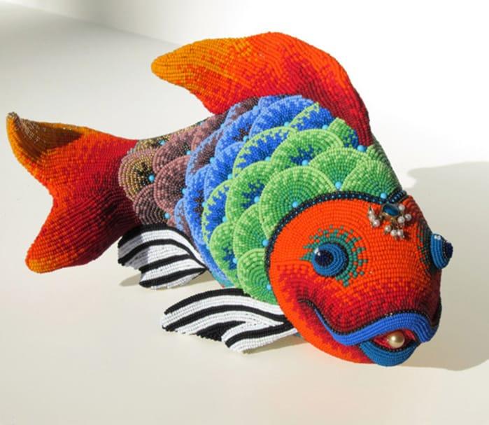 Obyčajné predmety ako korálkové sochy