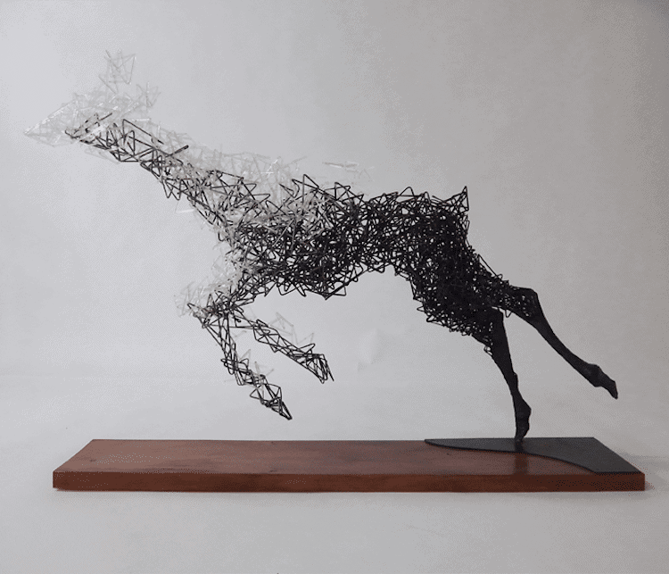 Surrealistické sochy rozpadajúcich sa zvierat
