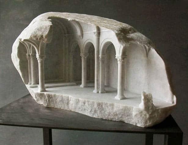 Miniatúrne stĺpy a chrámy vytesané do mramoru