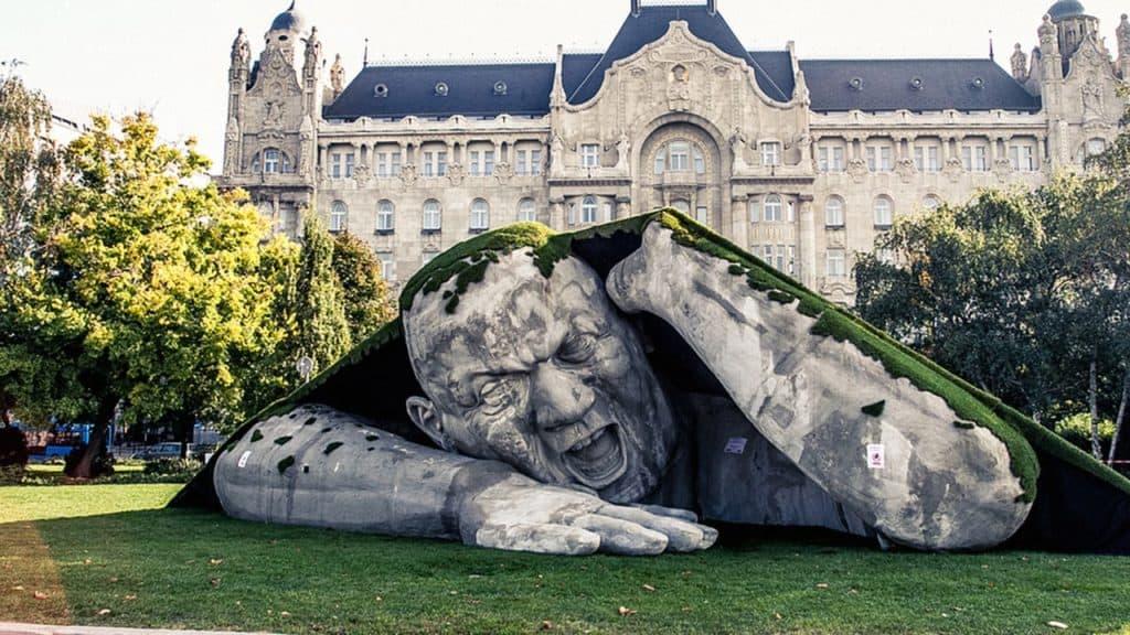 Obria plastika na námesti v Budapešti