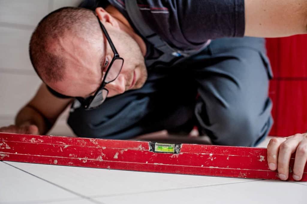 Ako vyrovnať krivú podlahu