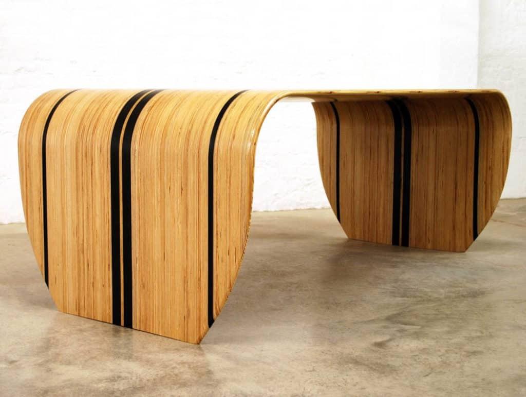 Surfom inšpirovaný stôl