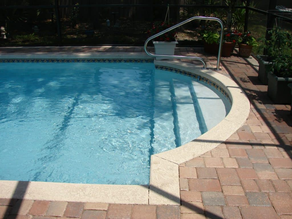swimming-pool-317453_1920
