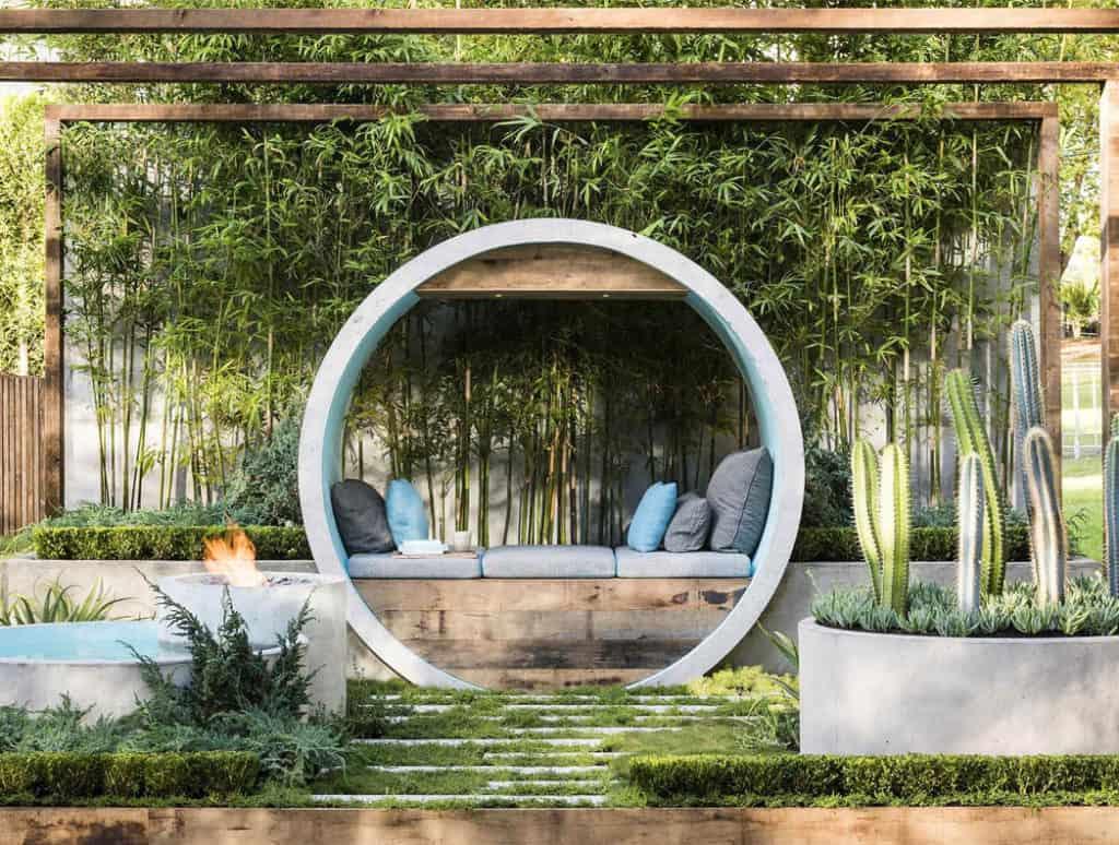 Záhrada s betónovými prvkami