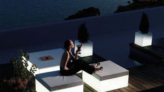 Jednoduchý a moderný exteriérový nábytok