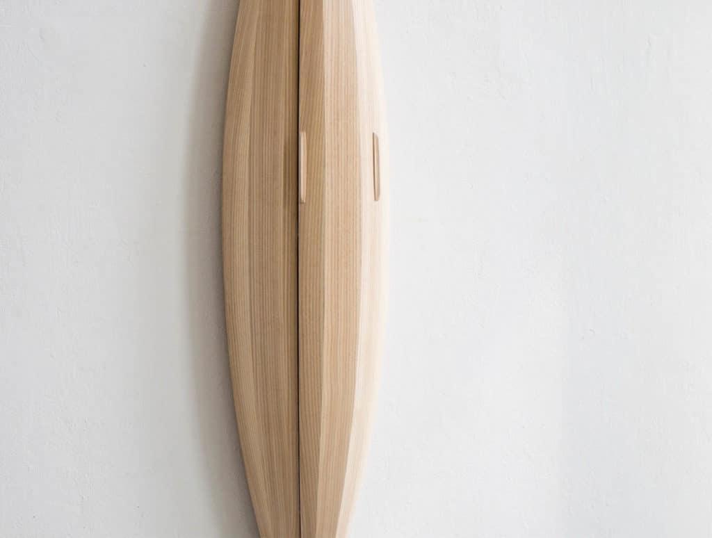 Minimalistická drevená vitrína