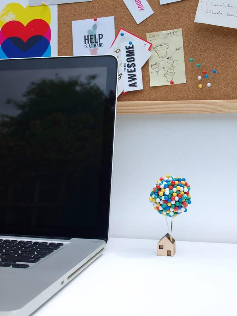 balónom z pripínacích špendlíkov