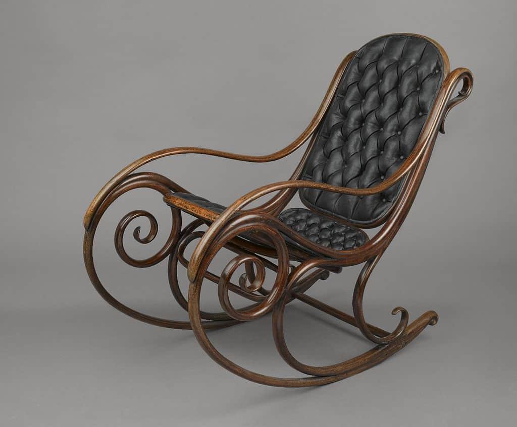 kolekcie stoličiek a kresiel sú vystavované na rôznych veľtrhoch a v galériách