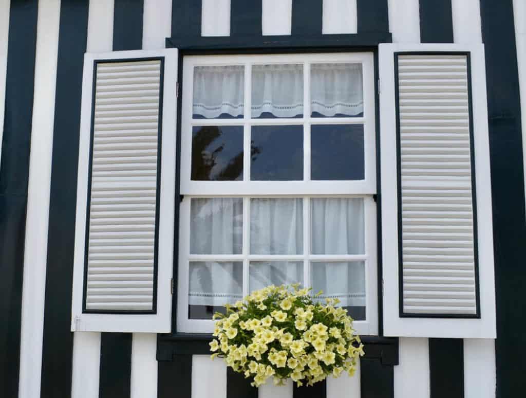 Nepodceňujte starostlivosť o drevené okná