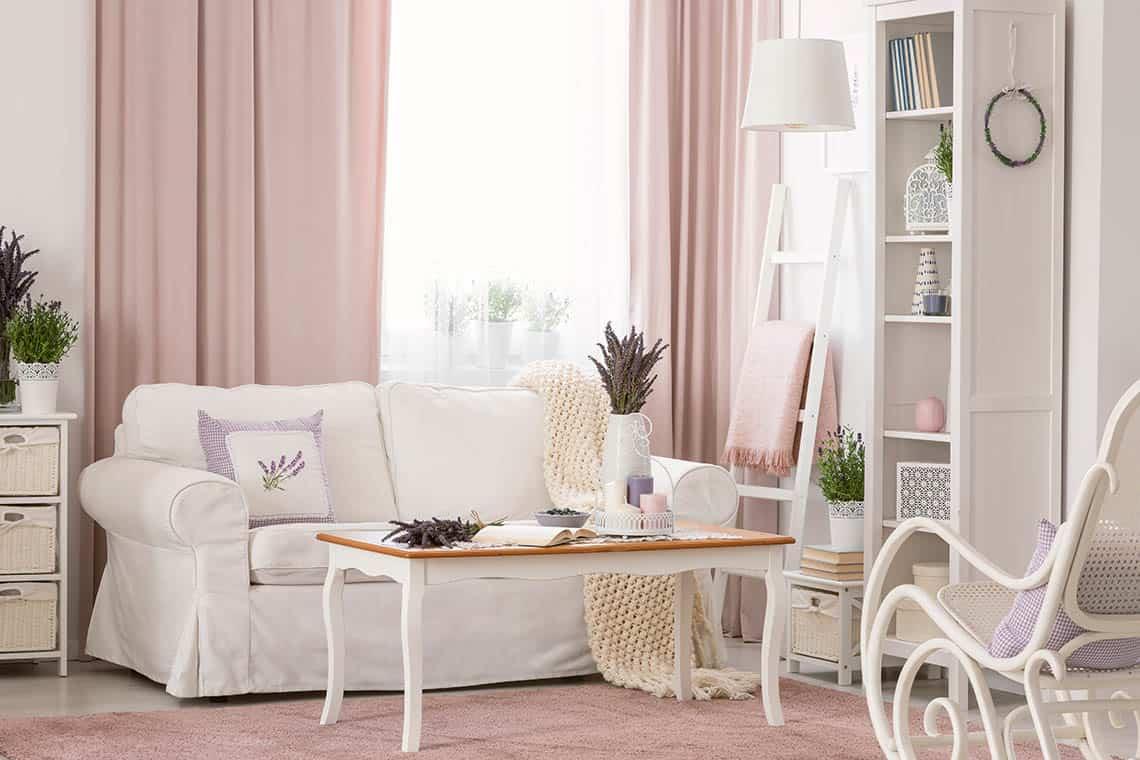 Obývačka zariadená v provensálskom štýle