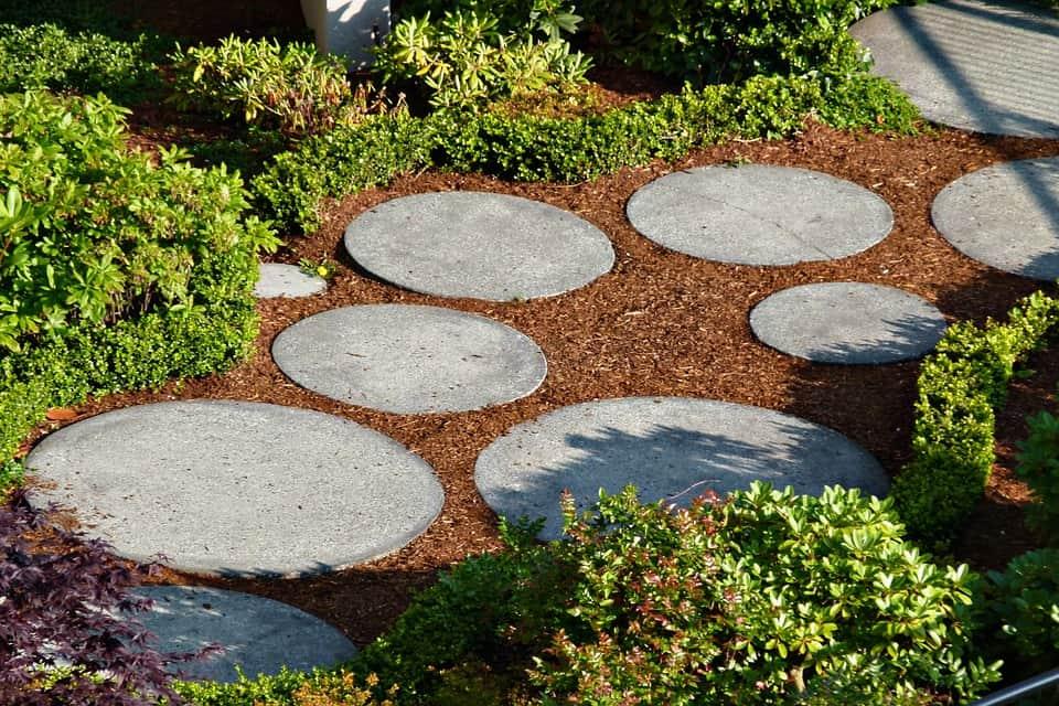 Betónová dlažba v záhrade