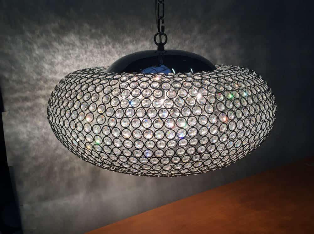 osvetlenie v strede stropu