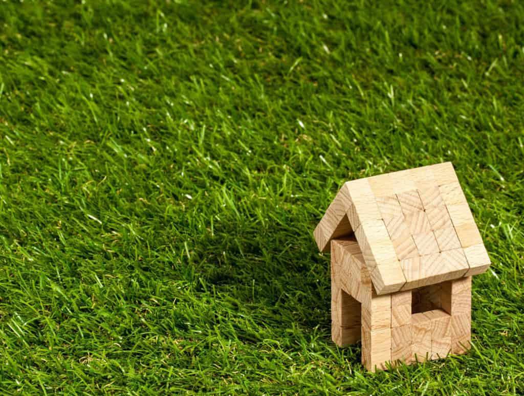 Výber pozemku na stavbu rodinného domu – čo treba zohľadniť?