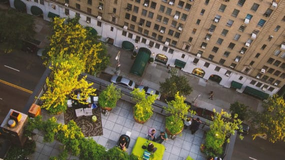Moderné budovy sa skrývajú pod zelenou strechou