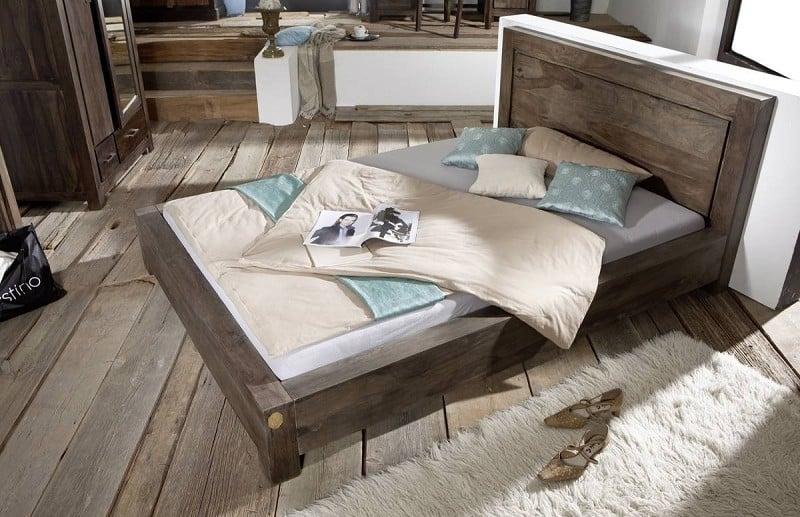 posteľ z dreveného masívu