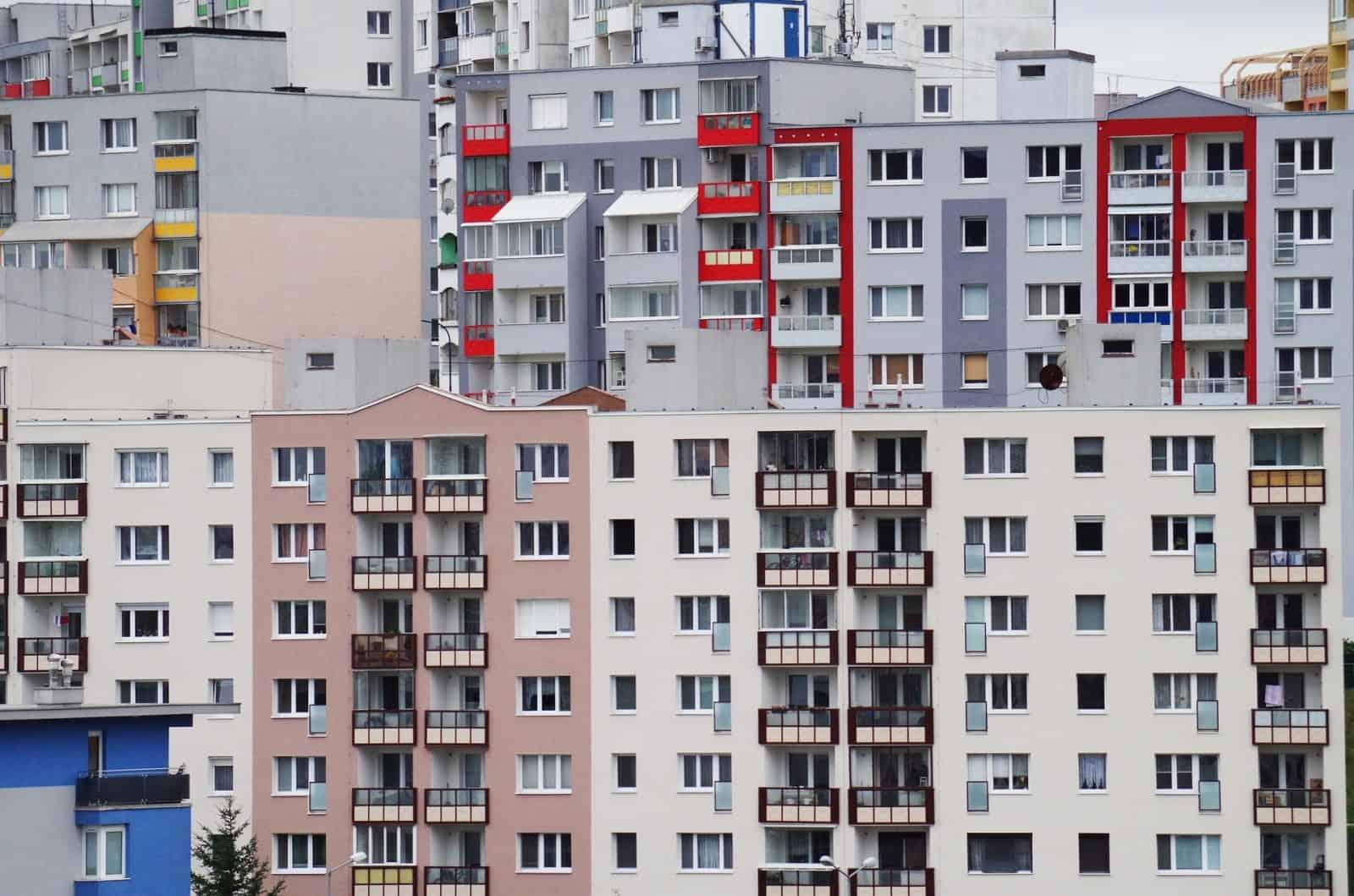 Uvažujete nad kúpou vlastného bývania? Koľko mesačných platov budete potrebovať?
