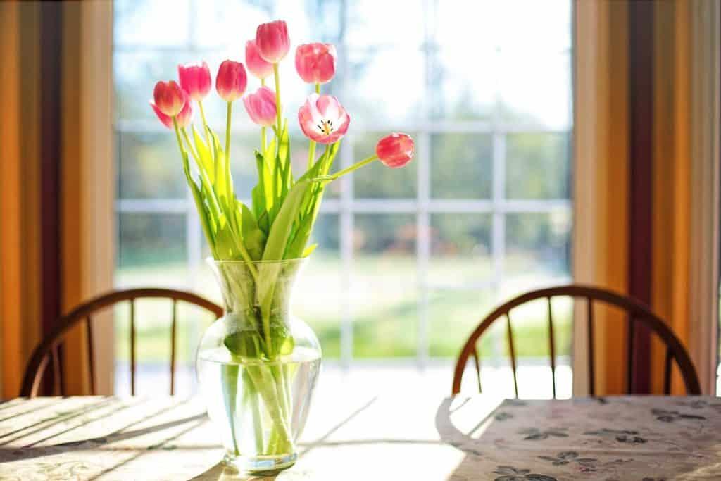 Tulipány vo váze - jarné dekorácie