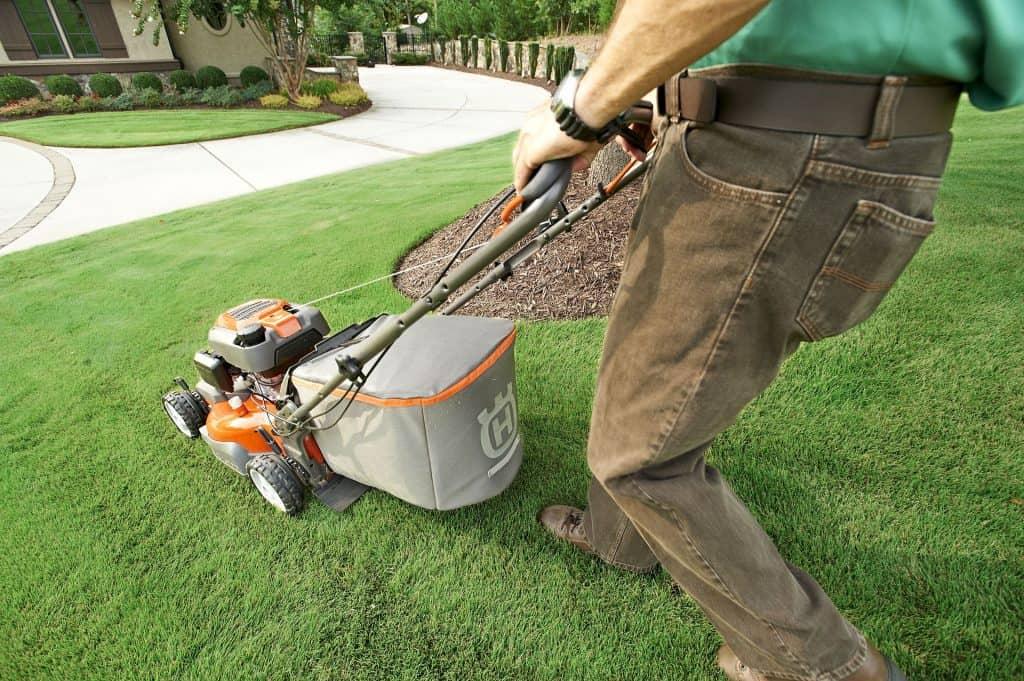 Kosenie trávnika - starostlivosť o trávnik