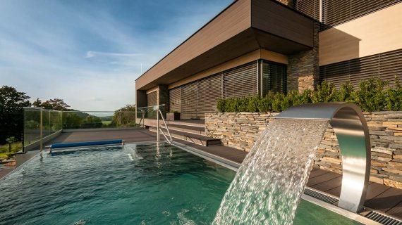 Aký materiál si zvoliť na spevnenie plôch v okolí bazéna?