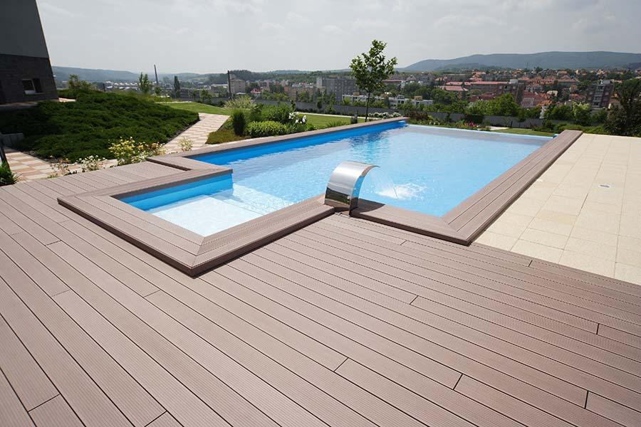Spevnené plochy okolo bazéna