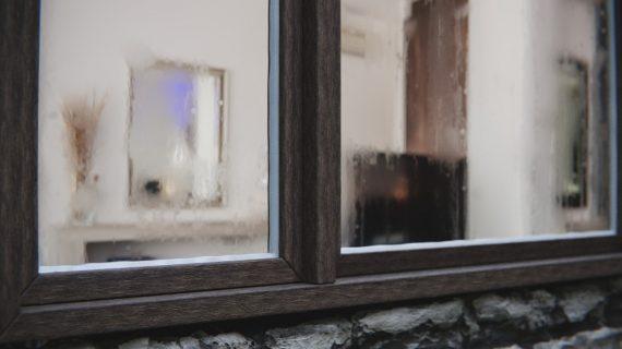 Kedy sa okná začínajú rosiť zvnútra?