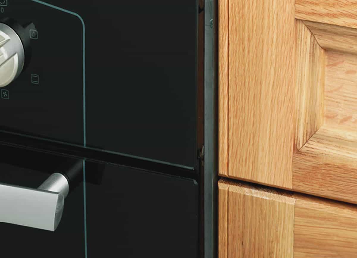 Ochráňte dvierka na kuchynskom nábytku tepelným štítom