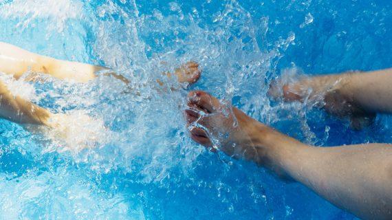 Teplotné výkyvy a dážď vode v bazéne neprajú
