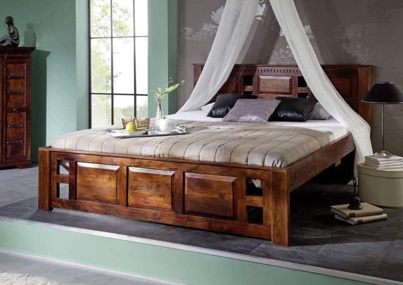 drevená posteľ v etno štýle