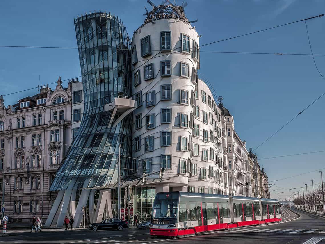 Tancujúci dom, turistická atrakcia a moderná ikona Prahy