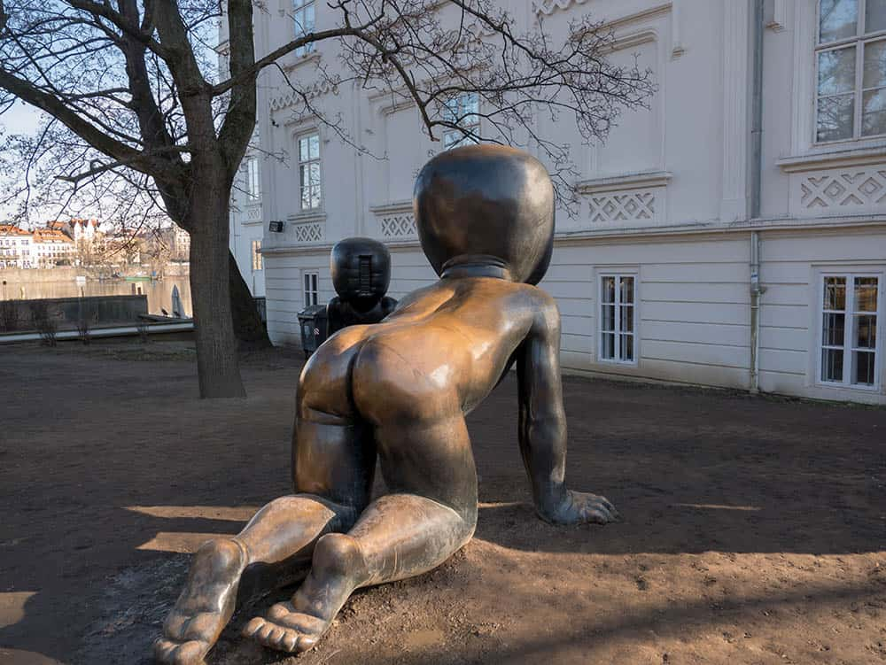 Bronzové bábätká na pražskej Kampě od umelca Davida Černého