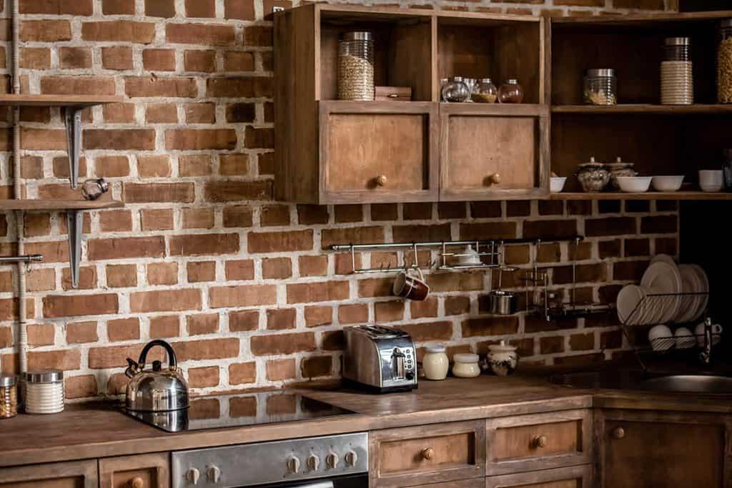 Stena z tehál a tehlové obklady - rustikálny štýl