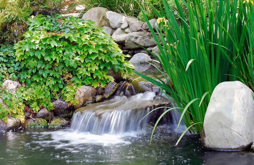 Umelé jazierko s vodopádom