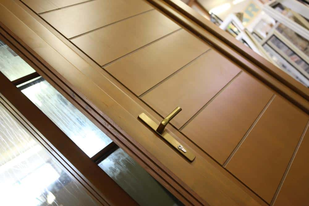 Drevené dvere a drevené okná