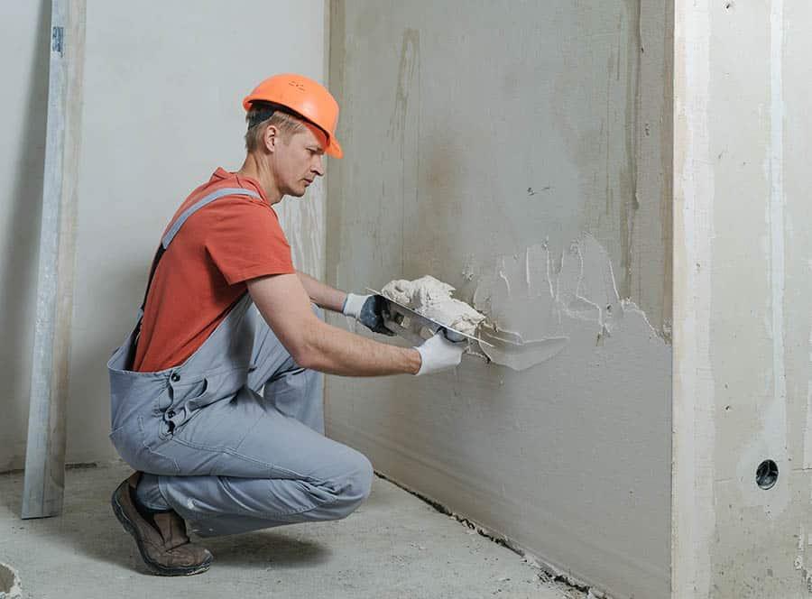 Nanášanie omietky na stenu