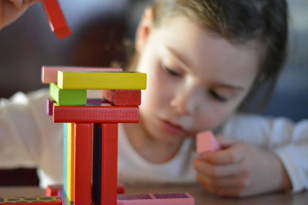 Dieťa hrajúce sa s detskými hračkami