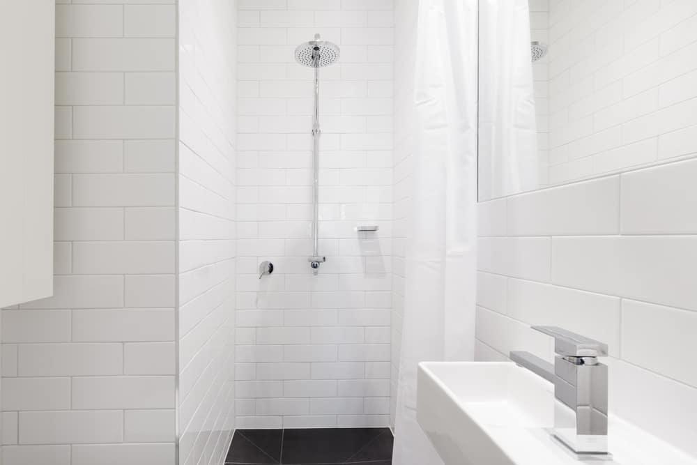 Murovaný sprchový kút