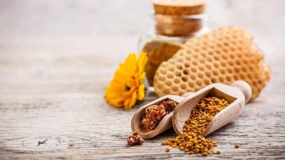 Včelí peľ na stole