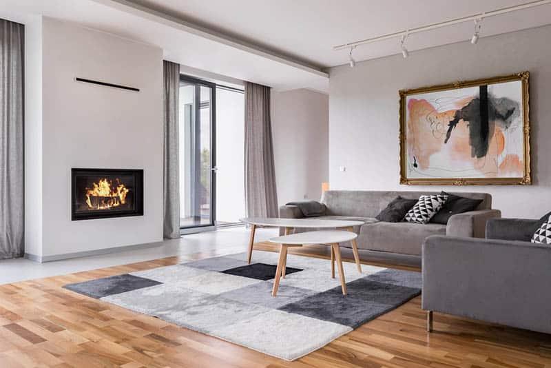 Moderný krb v interiéri
